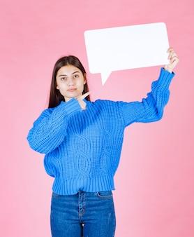 Девушка показывает знак речи пузырь баннер на розовом.