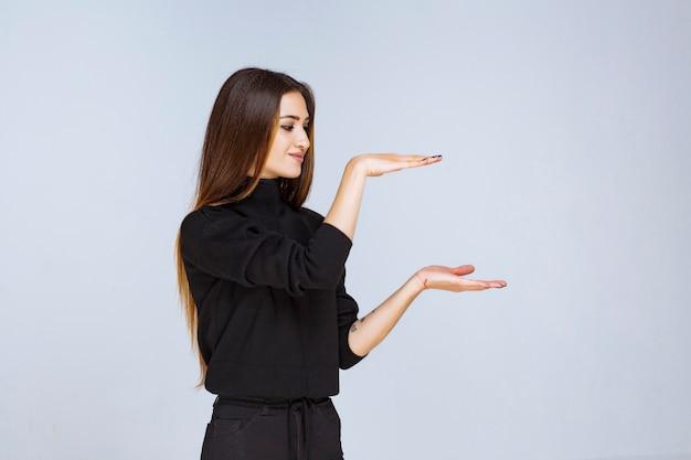 물체의 예상 측정 값을 보여주는 소녀. 고품질 사진 무료 사진
