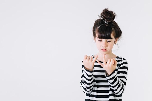 Девушка показывает три пальца