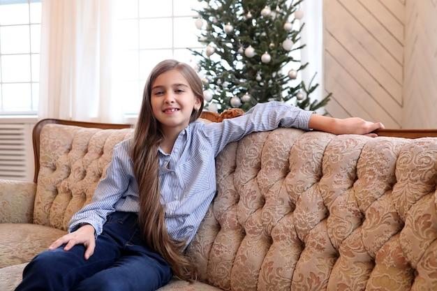 女の子はソファに座っています