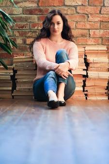 Ragazza seduta sul pavimento