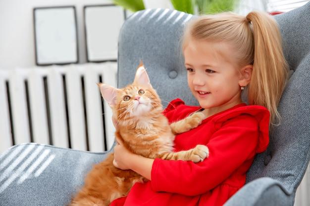 猫と椅子に座っている女の子