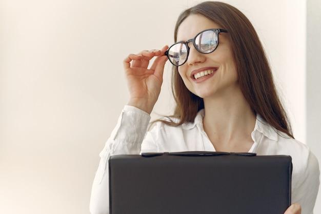 ノートパソコンでオフィスに座っている女の子