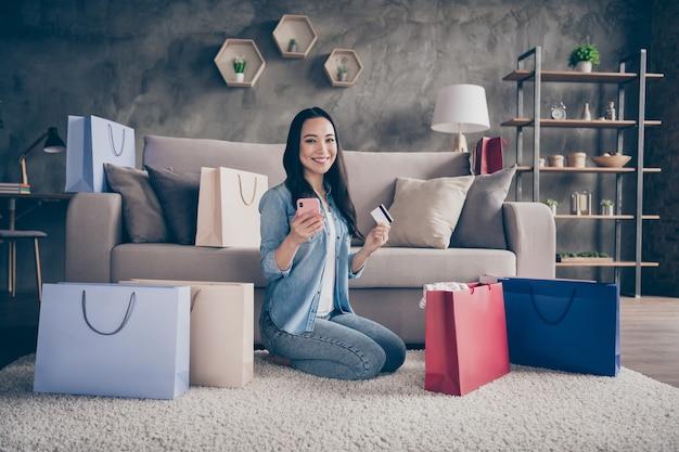 쇼핑백 바닥에 앉아 여자 프리미엄 사진
