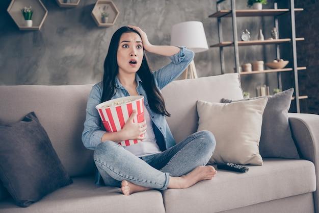 テレビを見ているソファに座っている女の子