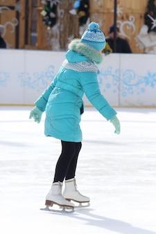 아이스 링크에서 소녀 스케이트
