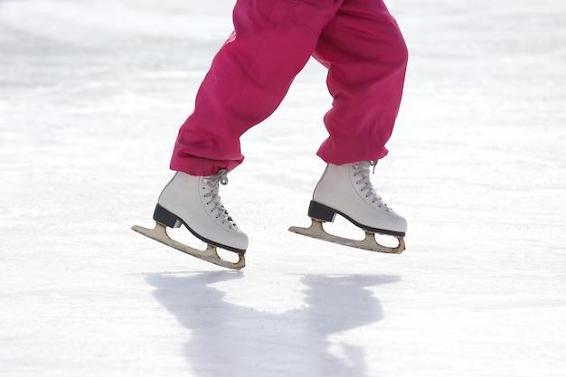 Девушка катается на коньках на катке
