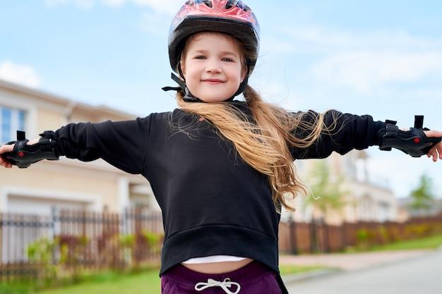 Девушка на коньках на улице