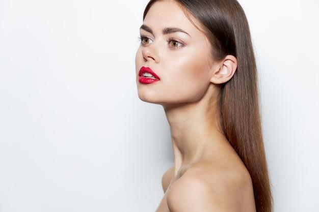 Девушка по уходу за кожей гламур обнаженные плечи красные губы студия обрезанный вид