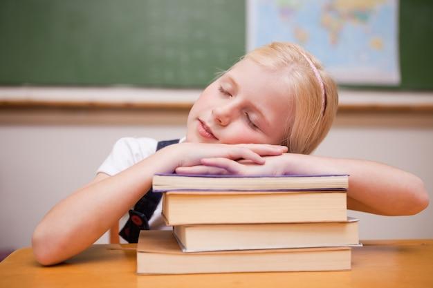 彼女の本を眠っている女の子
