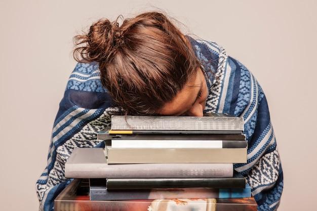 女の子、本の上に寝ている