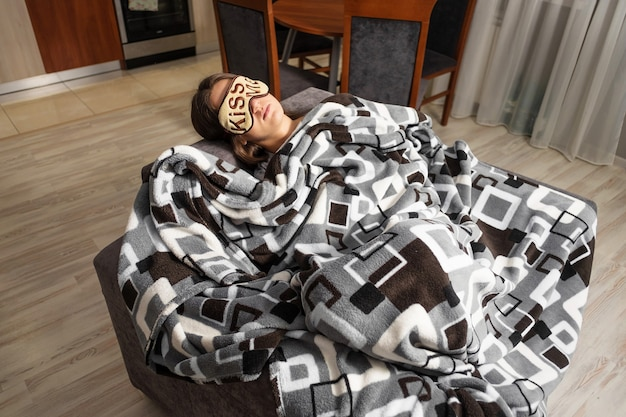 Девушка спит с маской на глазах