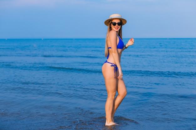 Девушка улыбается в солнцезащитных очках и лодочнике.