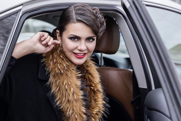 車の中で笑っている女の子