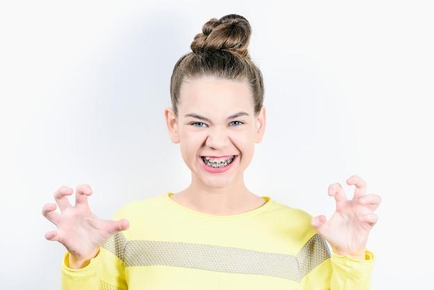 손으로 호랑이 보여주는 웃는 소녀.
