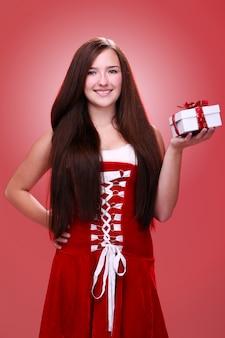 Девушка улыбается с рождественским подарком
