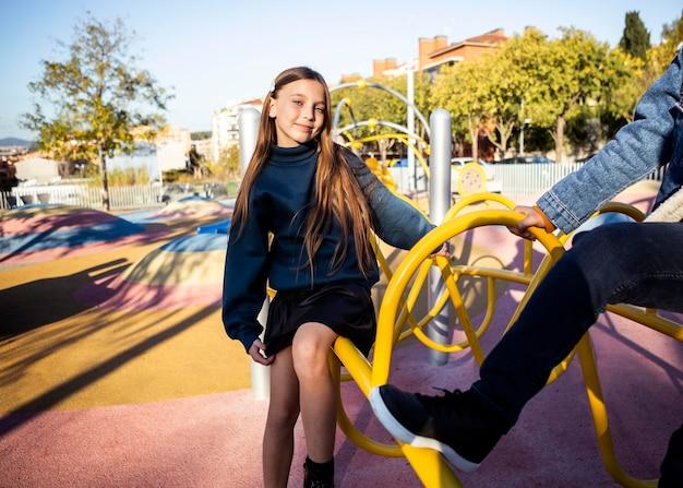 그녀의 친구와 함께 공원에서 시간을 보내는 소녀
