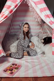 Девушка проводит время со своей собакой