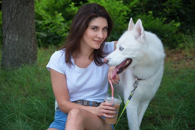 Девушка провела время со своим любимым питомцем на природе