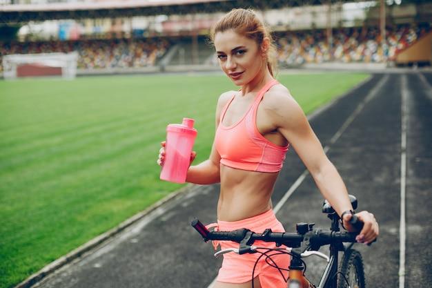 La ragazza allo stadio gioca a sport