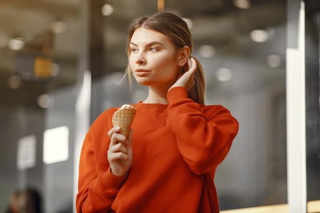 アイスクリームと夏の街に立っている女の子