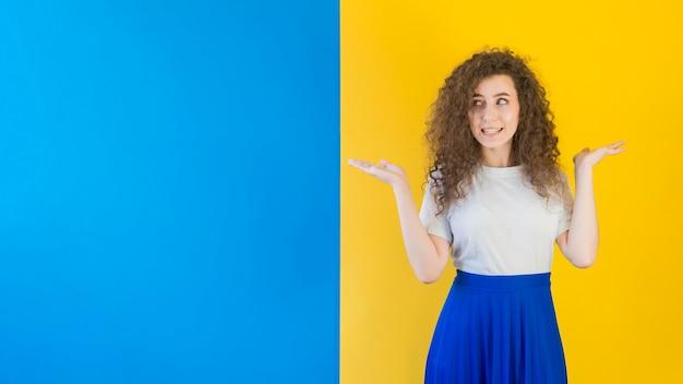 Девушка стоит перед контрастной стеной