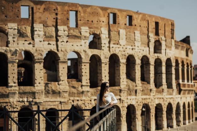 コロッセオ、ローマ、イタリアの近くに立っている女の子。