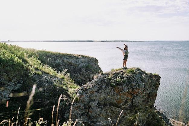 Девушка стояла на краю обрыва