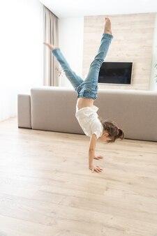 Девушка стояла вверх ногами на руках у себя дома