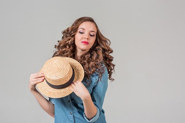 La ragazza con il cappello di paglia