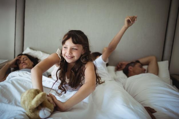 Девушка протягивает руки в постели