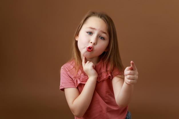 Девушка растягивает губы, произнося звуки Premium Фотографии