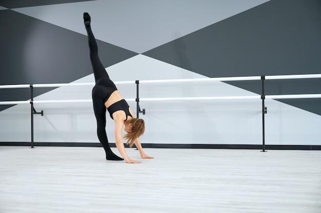 スプリット練習練習ストレッチの女の子