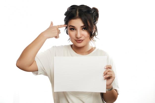 彼女の手に白いシートa4を保持している女子学生