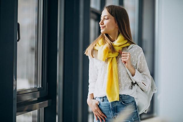 Студент девушка, стоя с красочными папками