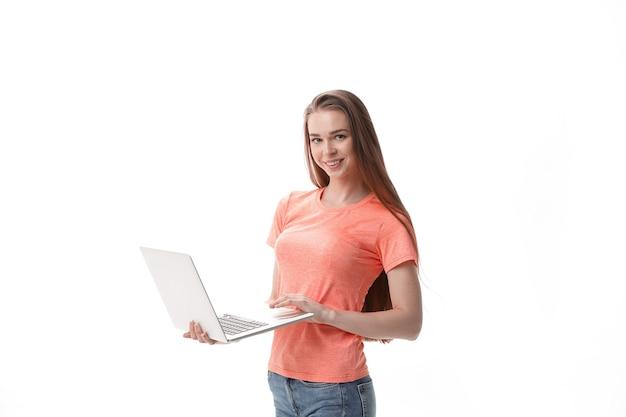 ノートパソコンを持つ女子学生