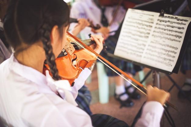 여자 학생 그룹에서 바이올린을 연주입니다.