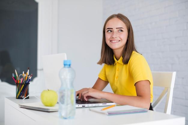 Девочка учится и улыбается