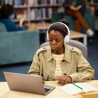 대학 도서관에서 공부하는 여자