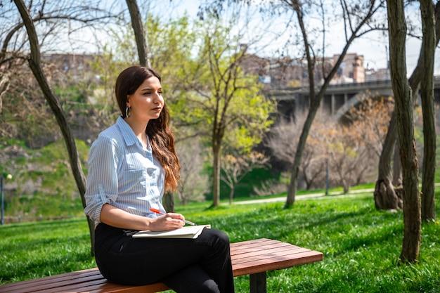Ragazza che studia in un parco