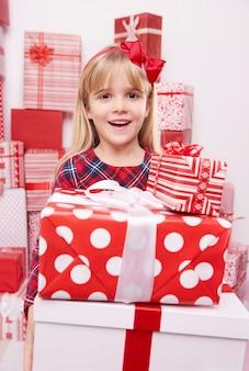 Девушка удивлена кучей подарков