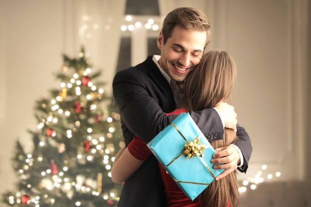 Девушка удивляет своего парня рождественским подарком