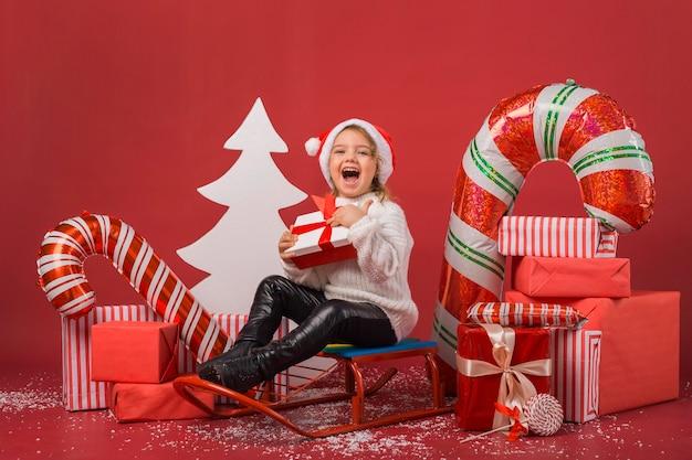 クリスマスプレゼントや要素に囲まれた女の子