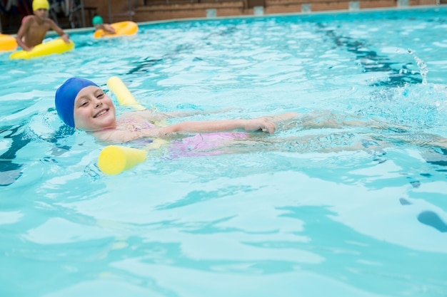 레저 센터에서 수영장에서 수영하는 소녀