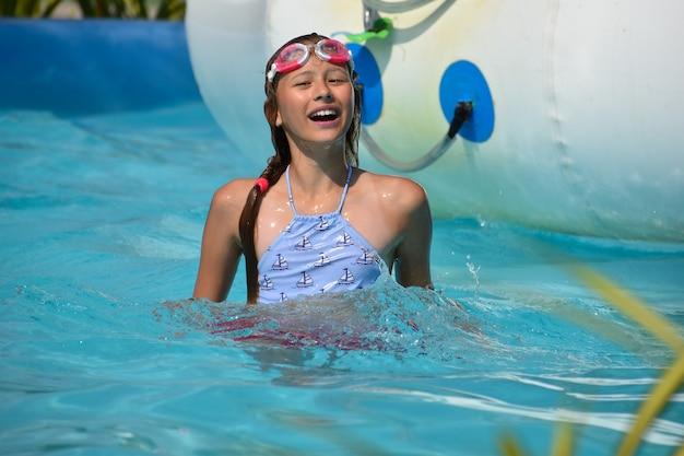 公園で水泳の女の子