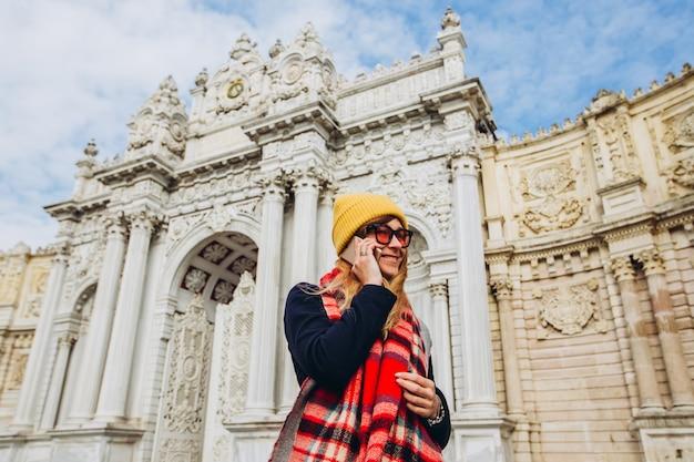 Девушка делает селфи на площади перед долмабахче, стамбул, турция