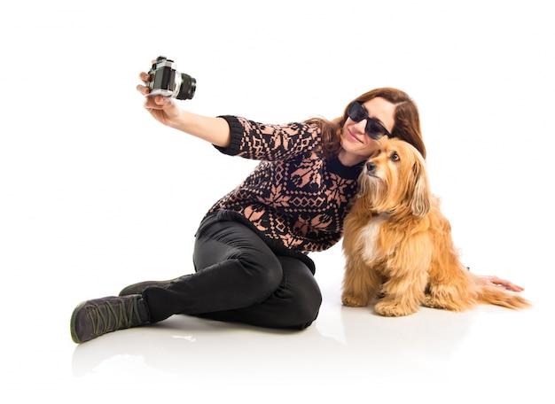 彼女の犬とセルフをする少女