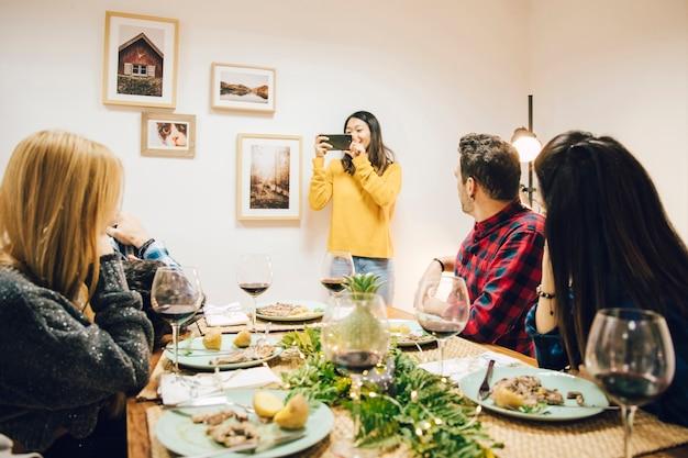 Ragazza, presa, foto, di, amici, cenando