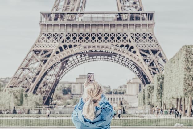 Девушка фотографирует эйфелева башню