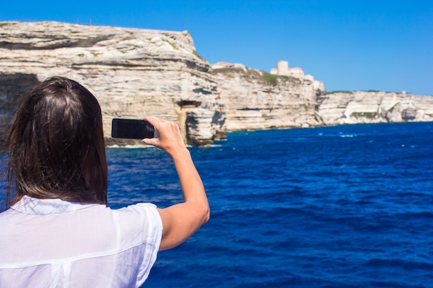 ボニファシオ、コルシカ島、フランスの携帯電話で写真を撮る女の子
